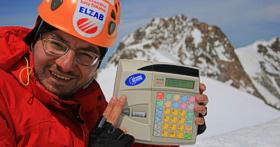 Kasa ELZAB Mini pracująca w alpejskim mrozie